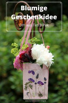 Du brauchst: leere Milchtüten oder Safttüten, fgetrocknete Blumen, etwas Farbe und Bänder zum Verzieren. Auf dem Blog verrate ich Dir, wie Du Blumen im Ruck Zuck Verfahren pressen kannst. Schon am selben Tag, kannst Du Dein kleines Blumen DIY verschenken. #TetraPak #Tetrapakideen #Tischleindeckdichblog #DIY #bastelb #selbstgemacht #geschenkidee Tetra Pack, Burlap, Reusable Tote Bags, Wreaths, Crafty, Blog, Zero Waste, Decor, Terrace