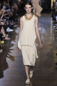 Kombinieren Sie zu dem Outfit von Stella McCartney eine Statement-Kette und schon ist der Strandlook salonfähig