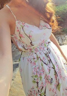 Close-up view of model in floral print maxi dress's front side Pretty Outfits, Pretty Dresses, Beautiful Dresses, Cute Outfits, Cute Fashion, Spring Fashion, Fashion Beauty, Fashion Outfits, Floral Print Maxi Dress