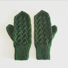 Ravelry: Tretoppvottene pattern by Carosknit Designs dk Mittens, Ravelry, Knitting, Design, Hats, Fashion, Tricot, Fingerless Mitts, Moda