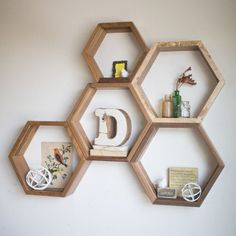 Boho bedroom with reclaimed wood hexagon shelves 00051 – Furniture Classic - Christmas Deesserts Honeycomb Shelves, Hexagon Shelves, Wooden Crosses, Honeycomb Pattern, Diy House Projects, Wood Working For Beginners, Simple Shapes, Boho, Wood Design