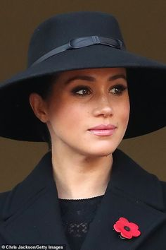 Queen leads the nation in a two-minutes silence for Remembrance Sunday Estilo Meghan Markle, Meghan Markle Style, Princesa Diana, Harry And Megan Markle, Markle Prince Harry, Horse Guards Parade, Remembrance Sunday, Kate And Meghan, Prinz Harry
