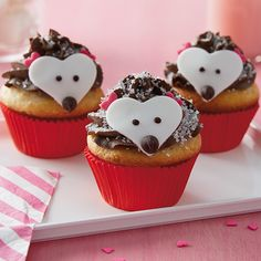 Super cute hedgehog cupcake recipe and decorating tutorial. Use a basic cupcake recipe (or box mix!) and decorate with chocolate frosting, coarse crystal sugar, and some simple candies for the face. Perfect for kids birthday parties. Lamb Cupcakes, Sweet Cupcakes, Easter Cupcakes, Baking Cupcakes, Basic Cupcake Recipe, Cupcake Recipes, Dessert Recipes, Desserts, Hedgehog Cupcake