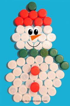riciclo tappi plastica - Cerca con Google Kids Crafts, Christmas Crafts For Kids, Diy Arts And Crafts, Christmas Diy, Christmas Decorations, Plastic Bottle Caps, Bottle Cap Art, Button Tree Art, Decoration Creche