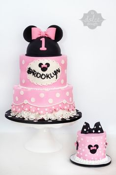 If you are currently in the middle of organizing your little one's birthday party, feel free to pick a Minnie Mouse cake to surprise them with. Torta Minnie Mouse, Mini Mouse Cake, Bolo Minnie, Minnie Mouse Birthday Cakes, Minnie Cake, Mickey Cakes, Mickey Mouse Cake, Minnie Mouse Pink, Mickey Birthday