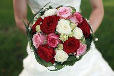 Sehr moderner Brautstrauß mit weißen, rosa und roten Rosen.