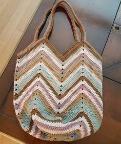 No photo description available. Crochet Beach Bags, Crochet Market Bag, Crochet Stitches, Knit Crochet, Crochet Patterns, Crochet Handbags, Crochet Purses, Chevron Bags, Crochet Shoulder Bags