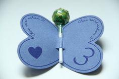 von creativbox- dawanda Kleine Papierschmetterlinge mit buntem Lolli als wunderschöne Einladungskarte. Wir beschriften die Schmetterlinge ganz indiviudell mit Name und Alt...