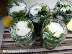 Αμπελόφυλλο κονσέρβα Η καλύτερη εποχή να αποθηκεύσουμε σε βαζάκια τα αμπελόφυλλα μας. Φυσικά υπάρχει και η κατάψυξη. Υλικά Για κάθε 60 φύλλα 1 βάζο καλά πλυμένο 1 κσ αλάτι χοντρό 2 κσ χυμό λεμονιού νερό Εκτέλεση Καθαρίζουμε τα φύλλα από τα κοτσανάκια Τα πλένουμε πολύ καλά