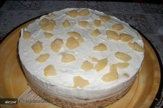 Nu este clasicul cheesecake acesta nu are gelatina, dar cu toate acestea isi mentine forma si e foarte cremos, se poate pune si gelatina. Data viitoare il incerc asa.   Se sfarama biscuitii cu migdalele in robot dupa care ...