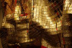 Fabulous scupture from Brahim El Anatsui, an contemporain african artist. Contemporary African Art, Contemporary Artists, Found Object Art, African Artists, Weird Art, Sculpture, Gustav Klimt, Recycled Art, Grafik Design