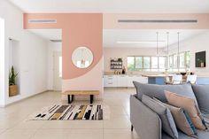 עיצוב סקנדינבי עם נגיעות ורדרדות בסלון