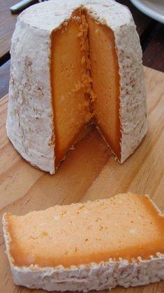 El Queso Afuega´l pitu. Es un queso hecho en Austurias. El queso está muy famoso en Austurias, y en muchos partes de España. Está hecho de leche de vaca sin pasteurizar. ¡Que delicioso! Fromage Cheese, Queso Cheese, Cheese Bread, Wine Cheese, Easy Homemade Recipes, Homemade Cheese, Milk Recipes, Cheese Recipes, Spanish Cheese