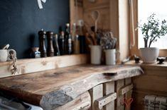 Będąc w wirze inspiracji oraz chęci do działania , po szafach przyszedł czas na kuchnię:)  Wcześniejsze szafki, postawione na szybko , tanim...