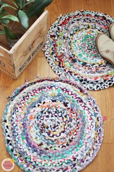 Sewed rug from small fabric leftovers and old t-shirts Modern Christmas, Christmas Diy, Old T Shirts, Rugs On Carpet, Carpets, Rug Making, Diy Room Decor, Diy Furniture, Needlework