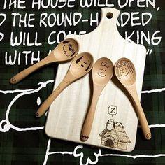 木やコルクを焦がしてデザインを落とし込む「ウッドバーニング」は100均で販売してある「ハンダゴテ」を使って自宅で気軽に楽めむことができます♪今回は、やり方と、ウッドバーニングでリメイクされた食器やインテリアの素敵な作品集をご紹介します!