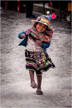 The people of Peru are the kindest with the cutest kids! Kids Around The World, People Around The World, Around The Worlds, Precious Children, Beautiful Children, Young Children, Happy Children, Children Poses, Children Pictures