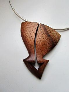 Šipka+Náhrdelník+z+přírodního+ořechového+dřeva,+zavěšený+na+ocelovém+lanku.+Velikost+přívěsku+6,5cm.