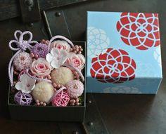 可愛らしい、さくら色の和の花々を、和モダン柄のBOXにアレンジしました♪母の日の贈り物にも最適です☆ 高さ 約10センチ × 横幅 約12センチ × 奥行き 約12センチフローリストがデザイン・制作をしております。1つ1つ丁寧にセンス良くラッピングをしてお届けいたします。PRESERVED FLOWER プリザーブドフラワーとは、生花に特殊加工を施し、花本来の風合い・みずみずしさを長時間保ち、 ご鑑賞いただけるよう開発されたものです。 ウェディングブーケやインテリアフラワー、インテリアアートに広く利用されております。 お手入れも簡単で、高温・多湿及び直射日光はなるべく避けていただき、ホコリ等をやさしく払って頂ければ 長い間お楽しみいただけます。