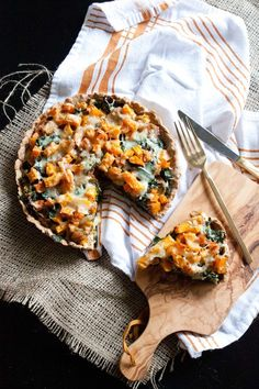 Butternut Squash-Kale Tart Recipe {Passports & Pancakes} - this looks great, just needs a gluten free crust, almond flour maybe? Quiches, Tart Recipes, Cooking Recipes, Cooking Tips, Salada Light, Plat Vegan, Vegetarian Recipes, Healthy Recipes, Le Diner