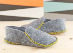 Make these cozy one piece felt slippers in just a few steps. Sewing Crafts, Sewing Projects, Felted Wool Crafts, Felt Shoes, Felted Slippers, Crafty Craft, Sewing Clothes, Wearable Art, Wool Felt