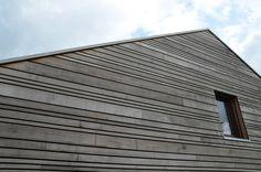 Thermoholzfassade im Wilden Verband - Lückenfassade in fallenden Breiten und Längen
