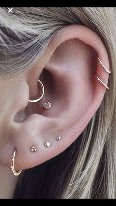 Trending Ear Piercing ideas for women. Ear Piercing Ideas and Piercing Unique Ear. Ear piercings can make you look totally different from the rest. Piercing No Lóbulo, Piercing Oreille Cartilage, Cool Ear Piercings, Ear Peircings, Multiple Ear Piercings, Helix Piercings, Piercing Tattoo, Tongue Piercings, Different Ear Piercings