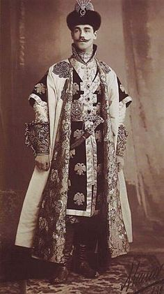 Le grand-duc Michel Alexandrovitch (1878 - assassiné 1918), le frère de Nicolas II. Il est alors héritier du trône (il le restera jusqu'à la naissance du fils de Nicolas II l'année suivante). C'est surement pour cette raison qu'il porte un costume de tsarévitch du XVIIe siècle.