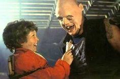 -Sloth quiere a Gordi. jajaja...la mejor película de todos los tiempos. Nunca me canso de verla!!