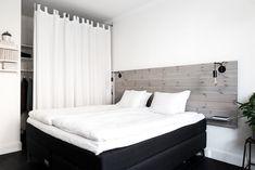 una cortina en lugar de puertas en el armario del dormitorio