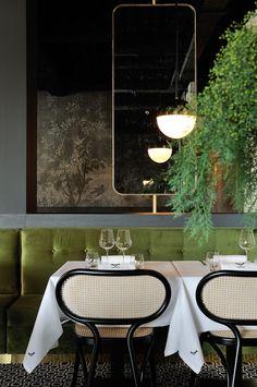Restaurant - La Forêt noire - Lyon - Décoration Claude Cartier Studio - Wall and Deco - Pierre Frey - Dimore Studio - Palmadore - Magic Circus Editions - green - brass - laiton - Gubi - Thonet Vienna - Photo Erick Saillet