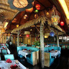 Beautiful Tiki Bar in the Mai Kai Restaurant, Fort Lauderdale, Florida. Diy Außenbar, Tiki Art, Tiki Tiki, Khao Lak Beach, Lamai Beach, Diy Outdoor Bar, Tiki Decor, Tiki Lounge, Vintage Tiki