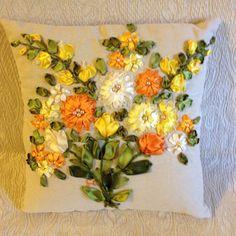 Cuscino con tulipani ricamato con nastri di seta e organza... Fatto da me