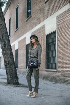 Medallions | Mi armario en ruinas. Khaki green printed blouse+printed green pants+metallized straps heeled sandals+black color details shoulder bag+black hat+gold necklaces. Pre-Fall Dressy Casual/ Workwear Outfit 2017
