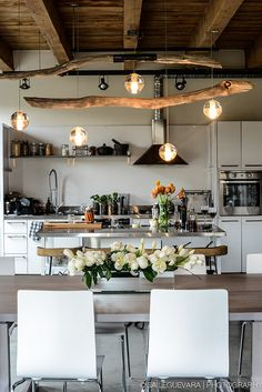 Décoration Maison En Photos 2018 Image Description Love this kitchen and dining room open space. The light feature is a perfect balance of timber and industrial lighting. Kitchen Inspirations, House Design, Interior, Home, Open Dining Room, Kitchen Remodel, Kitchen Decor, House Interior, Home Kitchens