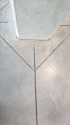 3 lijnen waarvan 2 schijn weglopen van de 3de, rechte, middenlijn die deze 2 perfect snijdt.