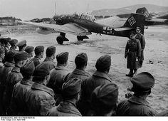 Generaloberst Milch begrüsst in Drontheim die tapfere Mannschaft einer Stuka-Staffel