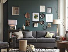 salon moderne aux nuances de beige, gris et vert canard avec un mur en cadres