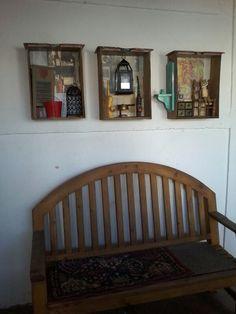 Cajones viejos con papel decorativo y accesorios anticuados. Unna