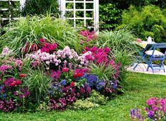 Różnobarwne kwiaty wśród wysokich traw - taki zestaw zachwyca naturalnym wdziękiem.