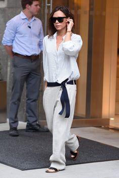 Chemises de smoking, sacs oversized, sandales grecques, jeans boyfriend... Le street style de Victoria Beckham pendant la Fashion Week de New York donnait le ton de sa nouvelle collection printemps-été 2017.