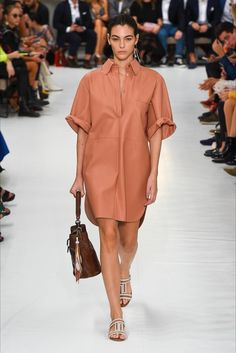 The complete Tod's Spring 2019 Ready-to-Wear fashion show now on Vogue Runway. Fashion Moda, Boho Fashion, High Fashion, Fashion Outfits, Womens Fashion, Fashion Design, Feminine Fashion, Ladies Fashion, Stylish Outfits