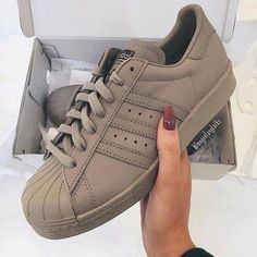 Adidas superstar marron + ongle bordeaux