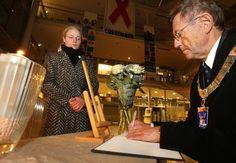 Frankrikes visekonsul i Tromsø, Laurence Frémon, ser på at ordfører Jarle Aarbakke som førstemann signerer minneprotokollen som ble lagt fram på rådhuset sent mandag ettermiddag. (Foto: Ronald Johansen)