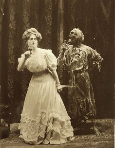 Dancing with Devil: 25 Horror Vintage Pictures of People Posing Intimately With Skeletons Retro Halloween, Halloween Fotos, Victorian Halloween, Vintage Halloween Photos, Creepy Halloween, Happy Halloween, Halloween Costumes, Halloween Pictures, Halloween Horror