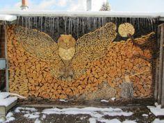 まるでパズル…木材を積み重ねた「ふくろう」のアート 丸太アート01