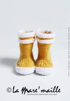 Bottes de marin en laine jaune pour bébé, tricotées main. Modèle déposé à l'INPI sous le n°491625, reproduction interdite. En vente sur http://www.alittlemarket.com/mode-bebe/bottes_de_marin_en_laine_jaune_pour_bebe_-4978289.html