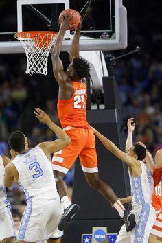 Syracuse frente Tyler Roberson (21) dunks a bola durante as semifinais NCAA…