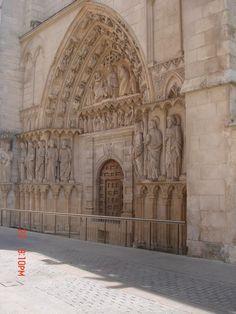 EVANGELIZAR A RUA. Espelhar o bem e o mal, a ordem, a lei. O belo ensino e educa a entrada.  Portal norte da catedral de Burgos.