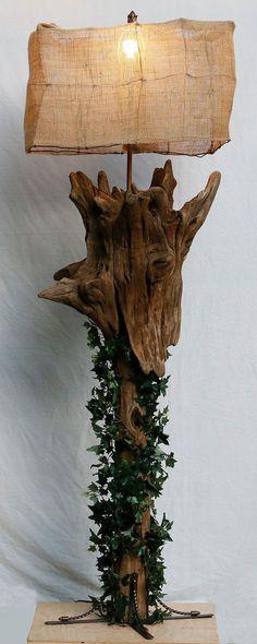 Lámpara de sobremesa con ramas y hojas.
